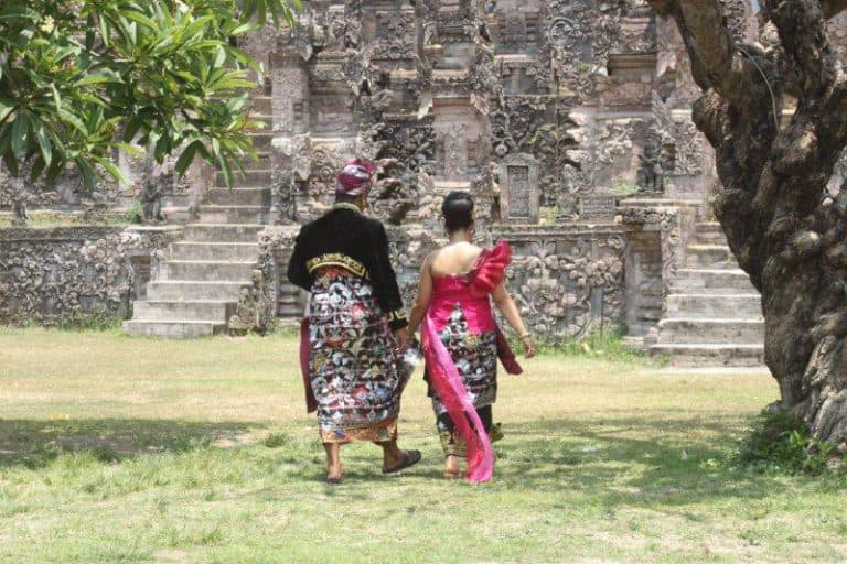 mariage bali couple tenue traditionnelle