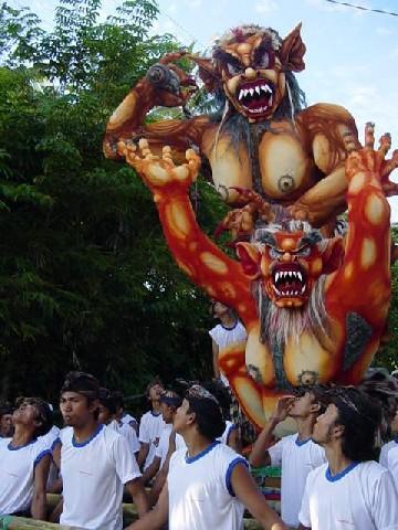 nyepi défilés monstres rues