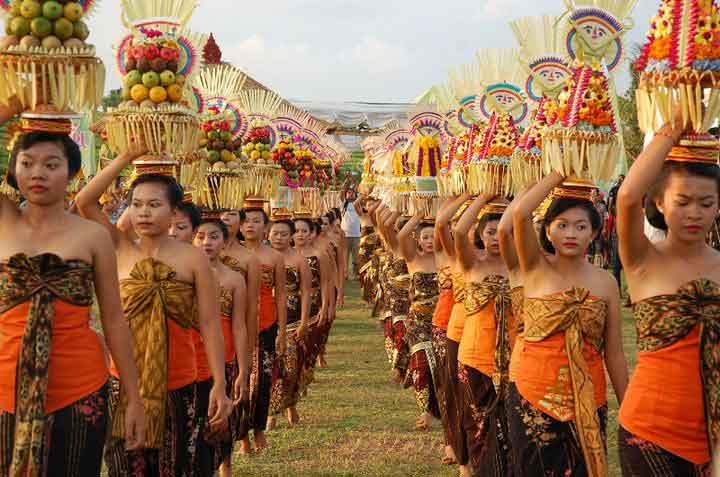 odalan ceremonie bali offrandes femmes