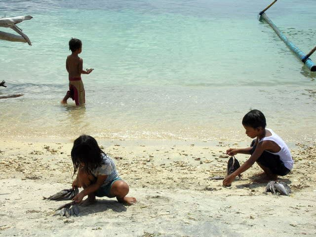 peche gili air ile lombok indonesie enfants