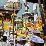 peuple balinais en cérémonie