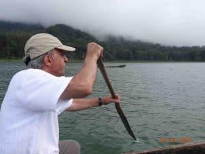 balade en pirogue lac indonésie