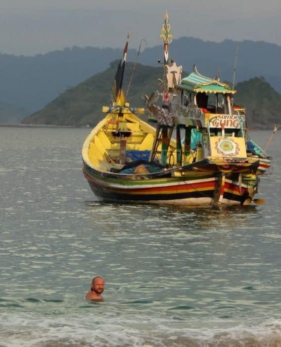 plage de papuma java est paysage bateau montagne