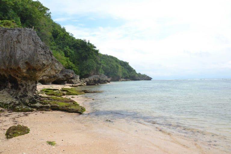 plage déserte bali uluwatu
