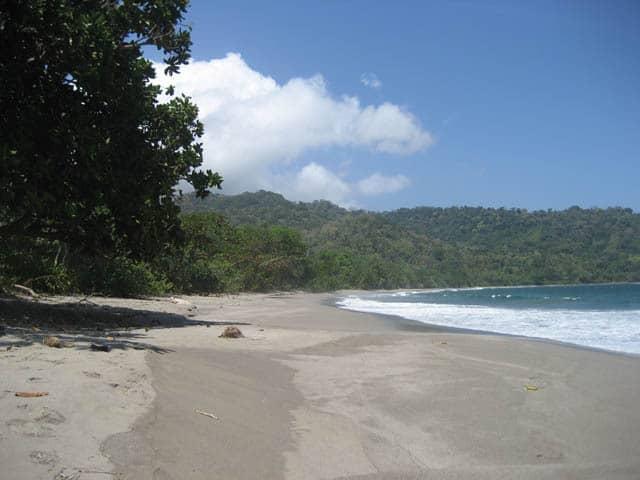 plage de sable noir ile de java