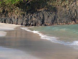 plage paradisiaque sable noir bali