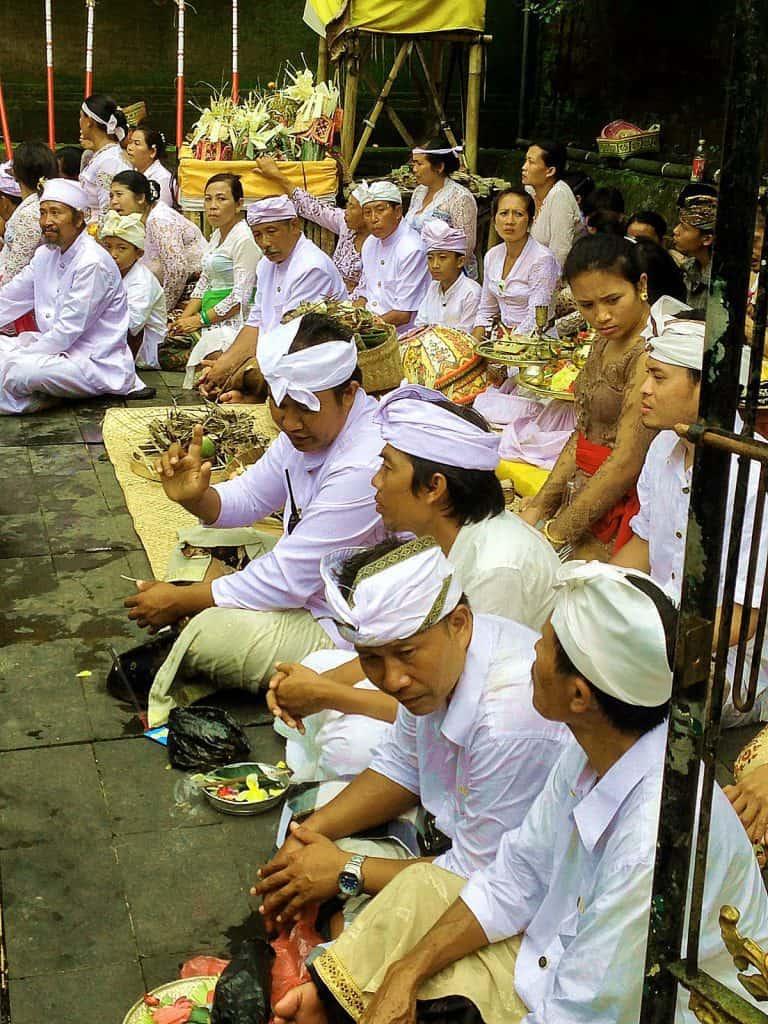 regroupement cérémonie peuple balinais
