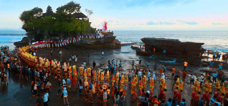 cérémonie balinaise tanah lot temple