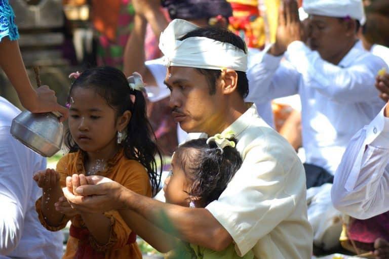 purification prêtre balinais indonésie
