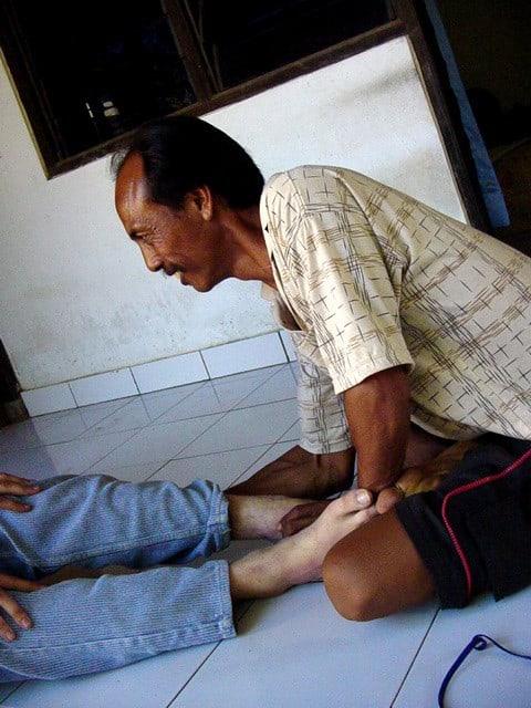 rencontre avec un guérisseur balinais pour douleurs