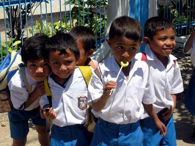 Ruteng Flores Indonésie écoliers
