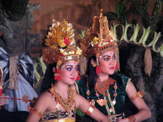 spectacle danse ramayana java danseuses indonesiennes