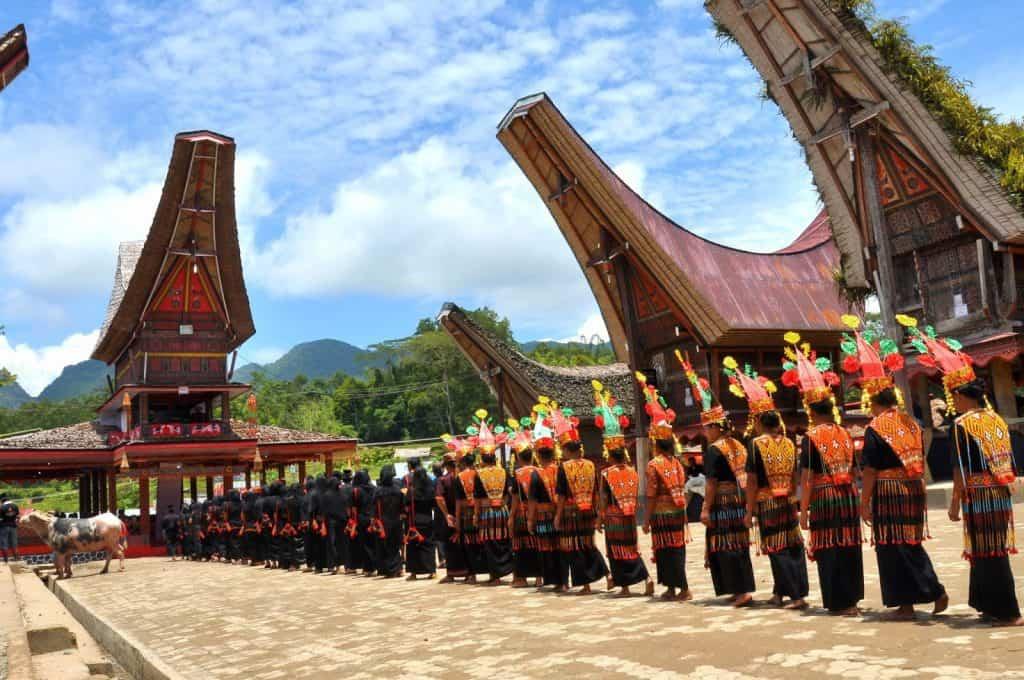 Sulawesi Indonésie Pays Toraja maison traditionnelle cérémonie procession