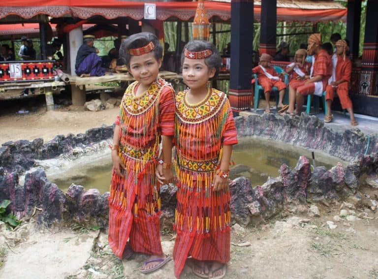 Sulawesi Toraja filles tenue traditionnelle