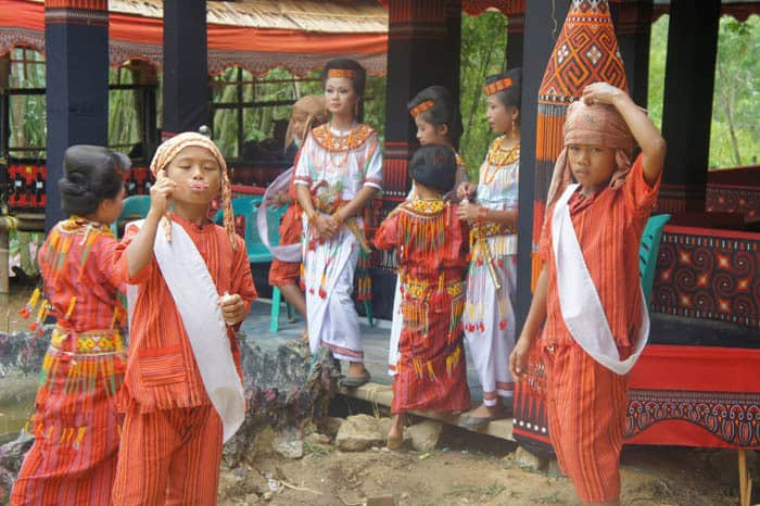 Sulawesi Toraja enfants tenue traditionnelle