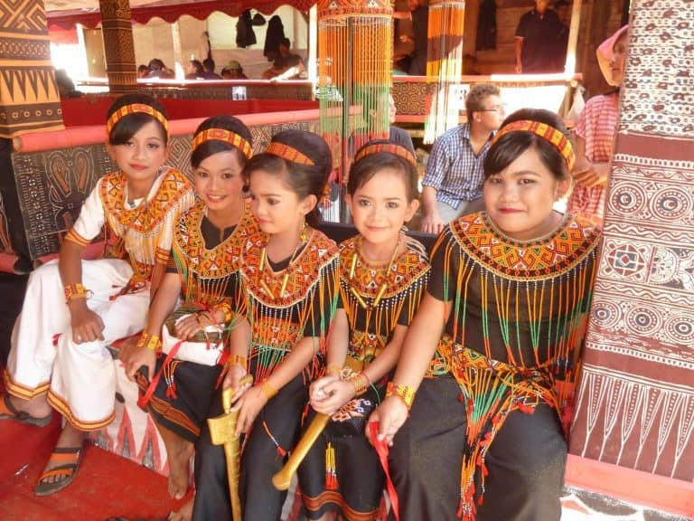 Sulawesi Toraja jeunes filles tenue traditionnelle