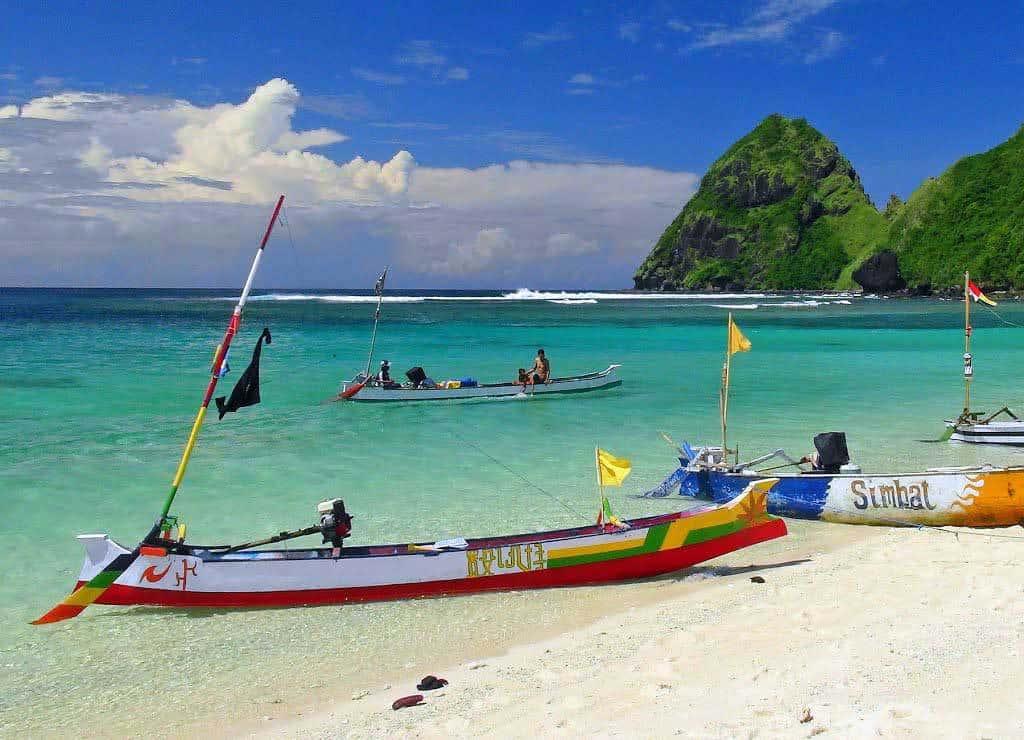 Sumbawa Tropical Beach plage paradisiaque bateau de pêche eau turquoise