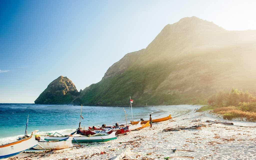 Sumbawa Tropical Beach bateau pêche lumière chaude