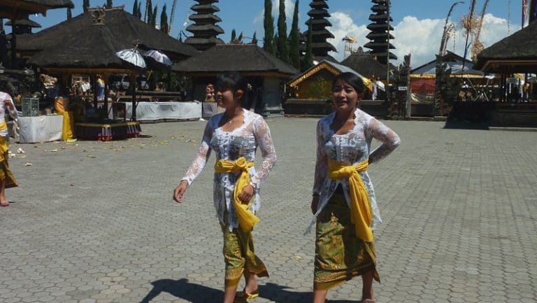 temple bali ulun batur balinaises tenue traditionnelle