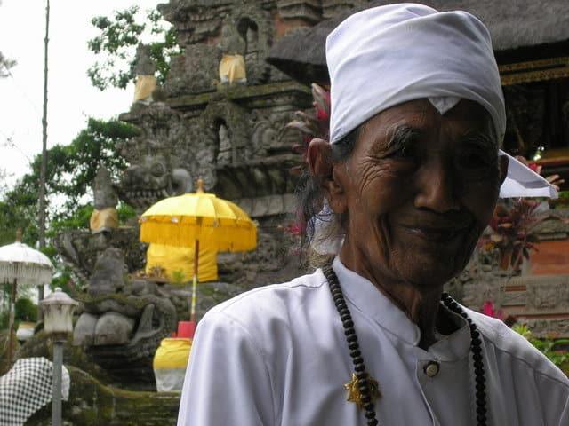 temple hindou lumajang ile java indonesie portrait pretre