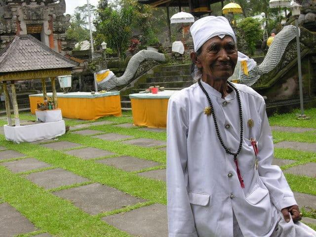 temple hindou lumajang ile java indonesie prêtre