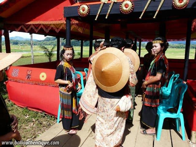 sulawesi tomate funeraire toraja femmes tenue indonesie
