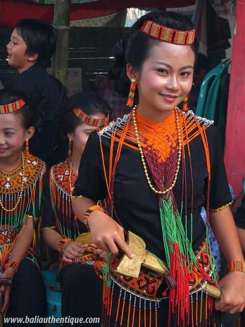 sulawesi tomate funeraire toraja jeune femme tenue traditionnelle