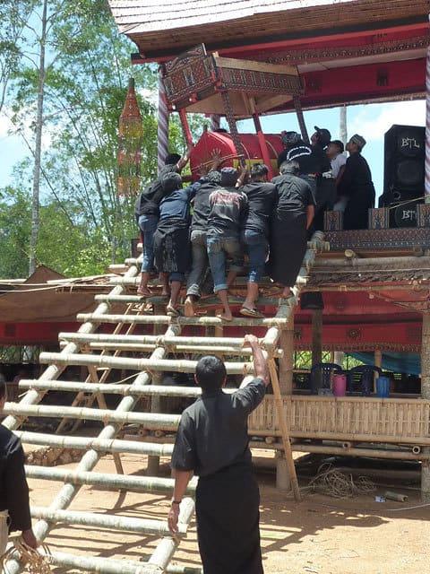 sulawesi toraja ceremonie funeraille convoie