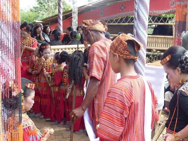 sulawesi toraja ceremonie funeraille costumes
