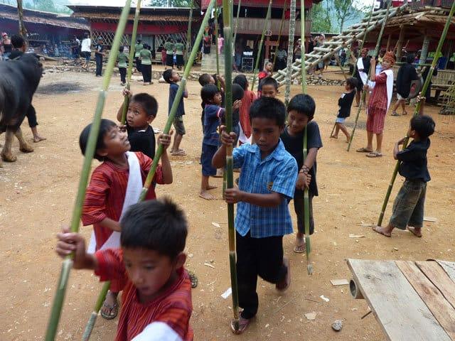 sulawesi toraja ceremonie funeraille enfants indonesiens