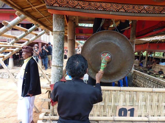 sulawesi toraja ceremonie funeraille gong