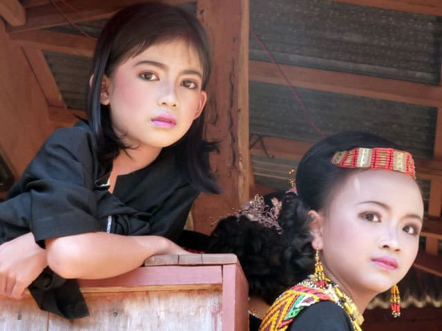 sulawesi toraja ceremonie funeraille portrait fillettes