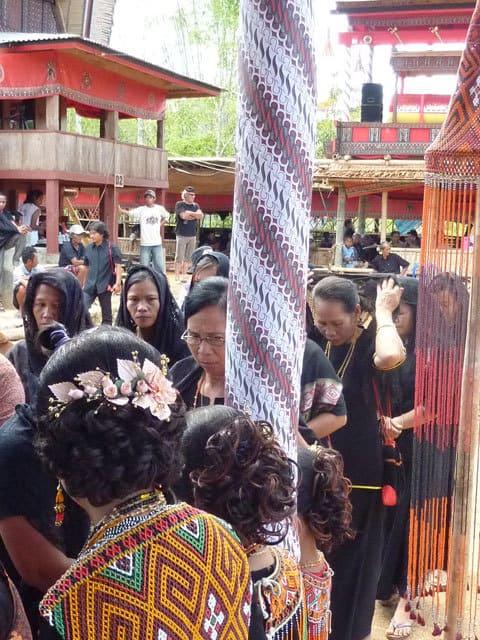sulawesi toraja ceremonie funeraille rassemblement personnes