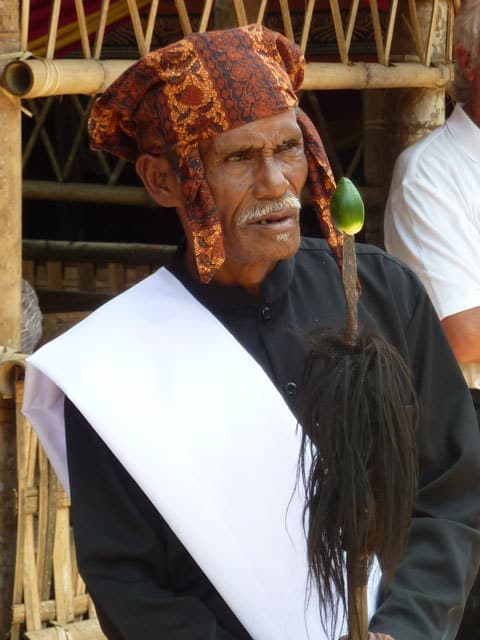 sulawesi toraja ceremonie funeraille tenue traditionnelle enterrement