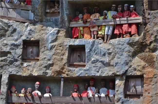Sulawesi Toraja site mortuaire falaise