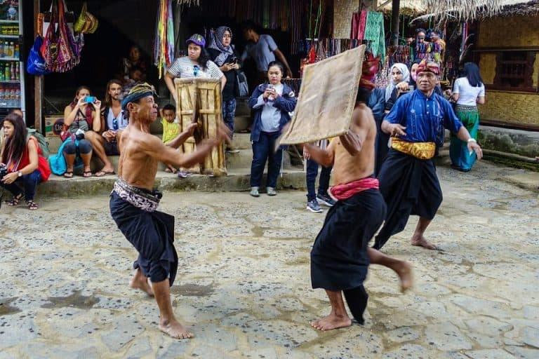 danse guerrière traditionnelle sasak Lombok