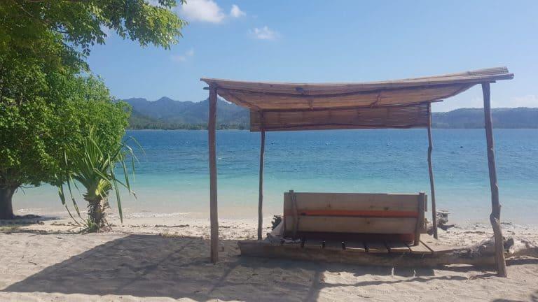 voyage gili bali plage sable blanc abris banc